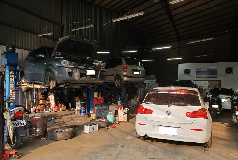 新北市新莊區凱承汽車修護廠 平日車輛可說相當的多