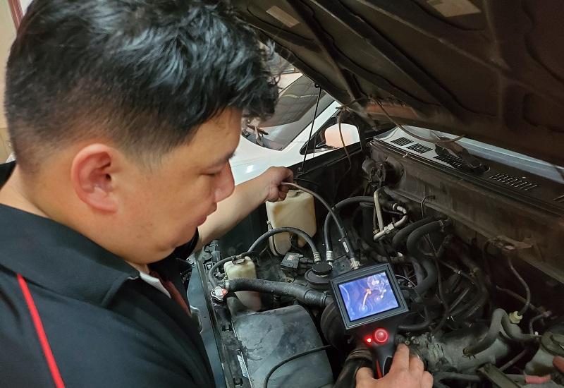 新北市新莊區凱承汽車修護廠 蘇老闆使用內視鏡檢查引擎系統