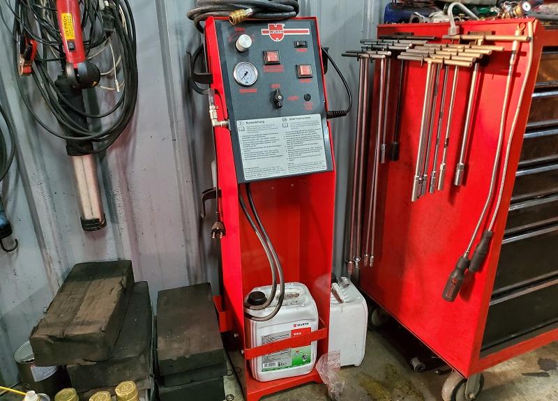 新北市新莊區凱承汽車修護廠 備有煞車油更換機