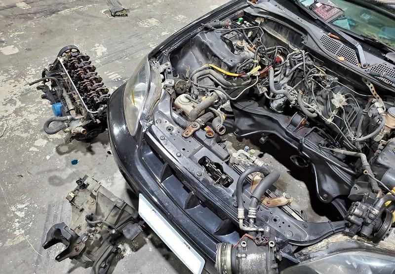 【AMS專業汽車保養維修改裝車廠】 技師將引擎及變速箱拆卸大修